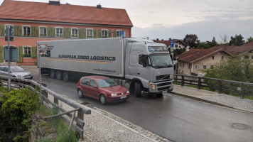 13. Mai 2020, 16 Uhr 35: Ein polnischer Laster strandet am Burghauser Tor...