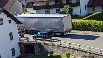 """7. Mai 2020, 16 Uhr 54: Dieser LKW ist beim Umdrehen """"aufgesessen"""" und wurde beschädigt..."""